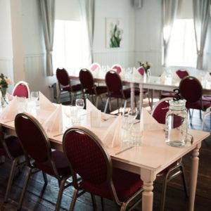 Katajistonranta kartano juhlapaikka pöydät salissa koristeltuina