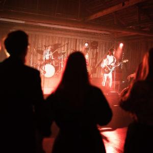 Katajistonranta tapahtumalato juhlapaikka bändi lavalla