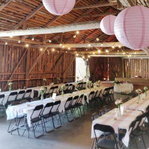 Katajistonranta tapahtumalato latohäät hääpaikka paperilamput ja koristellut pöydät