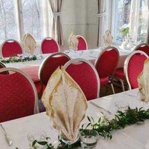 Katajistonranta kartano juhlapaikka koristeet pöydissä