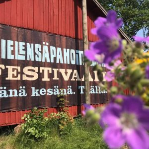 Katajistonranta tapahtumapaikka Mielensäpahoittaja festivaalit mainos ladon seinässä
